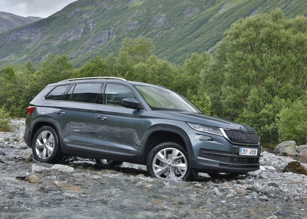 Skoda Kodiaq driving on rocky road and shallow water
